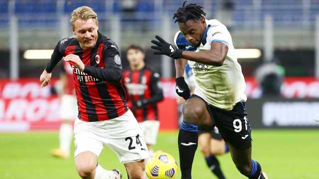 Milan (trái) sẽ có 3 điểm trọn vẹn trên sân của Atalanta nhờ phong độ ổn định hơn