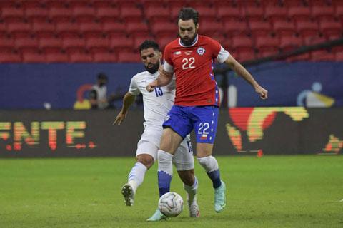 Đang chuyển giao thế hệ, chủ nhà Chile (phải) sẽ có trận đấu khó khăn trước khắc tinh Paraguay