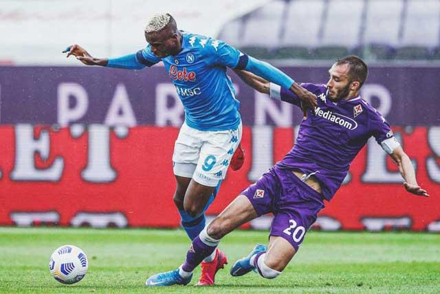 Phong độ cao của tiền đạo Osimhen (trái) sẽ giúp Napoli lại tiếp tục đánh bại Fiorentina